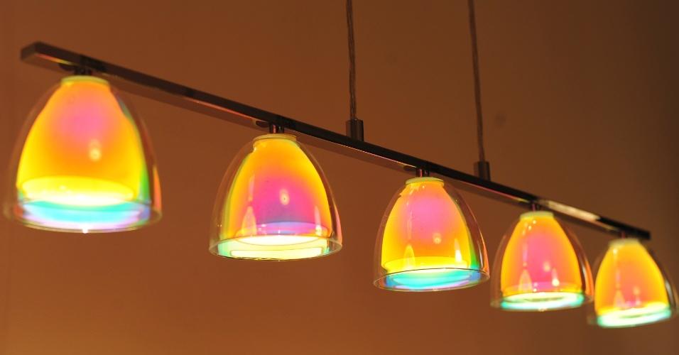 Aço, cromo, vidro opalino e vidro furta-cor são as matérias-primas utilizadas na confecção desse pendente apresentado pela Eglo (www.eglo.com) na 14ª Expolux (Feira Internacional da Indústria da Iluminação), em São Paulo