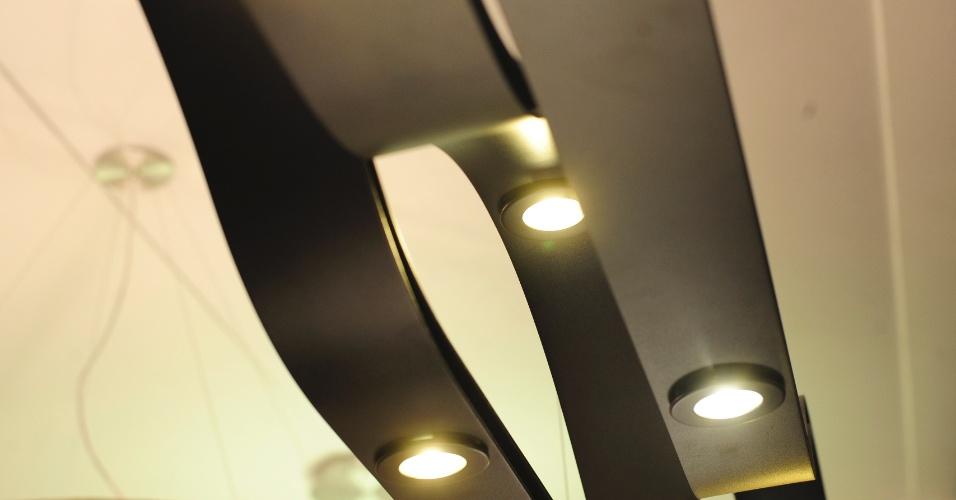 Além da economia de energia, o avanço tecnológico dos leds favoreceu o design das luminárias. Um exemplo é esse pendente de formas arrojadas em alumínio pintado