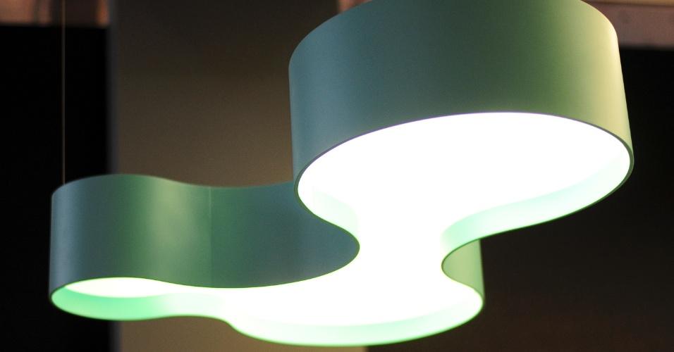 Com formas orgânicas, esse pendente em acrílico pintado foi outro produto apresentado pela paranaense Accord Iluminação (www.accordiluminacao.com.br) durante a 14ª Expolux (Feira Internacional da Indústria da Iluminação)