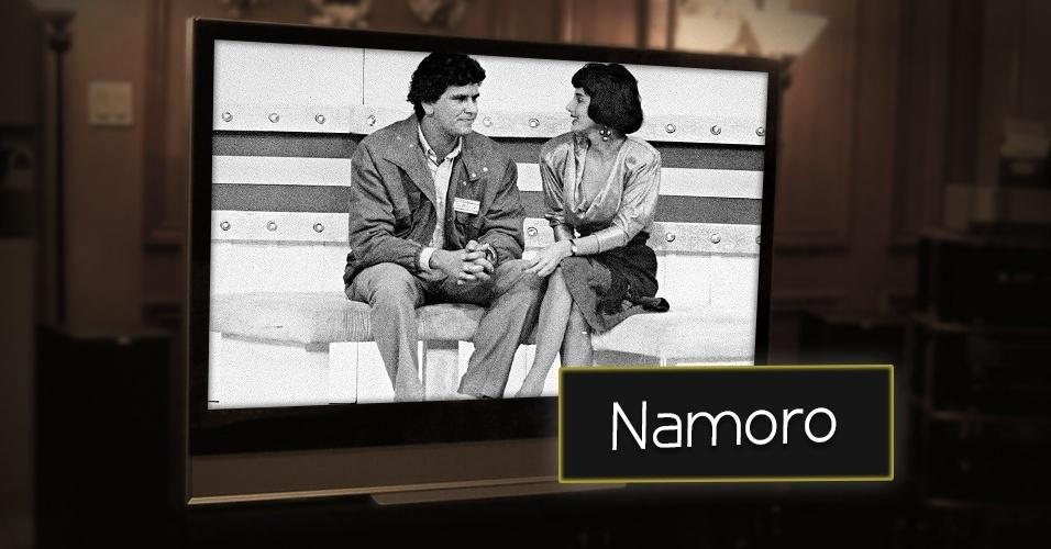 """Desde a década de 60, pessoas tentam arrumar um namorado na televisão. Silvio Santos bem sabe disso. Em 1967, ainda na TV Paulista, o dono do baú estreou o quadro """"Namoro na TV"""". O apresentador tentava ajudar solteiros (as) a arranjarem  um companheiro (a)"""