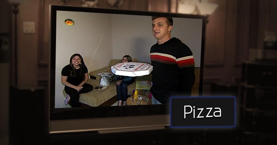 """Durante os anos 2000, Luciano Huck apresentou o quadro """"Entrega de Pizza"""", no programa """"Caldeirão do Huck"""", da Rede Globo. O formato, no entanto não é nenhuma novidade na televisão. Ele foi criado pela produtora israelense da Armoza. Em 2014, Marcos Mion estreou o quadro """"Legendários na sua Casa"""", exibido na Record, e Huck não gostou muito. Pelo Twitter, o apresentador da Globo escreveu para Mion ? """"Entregar pizza? Me soa familiar"""""""