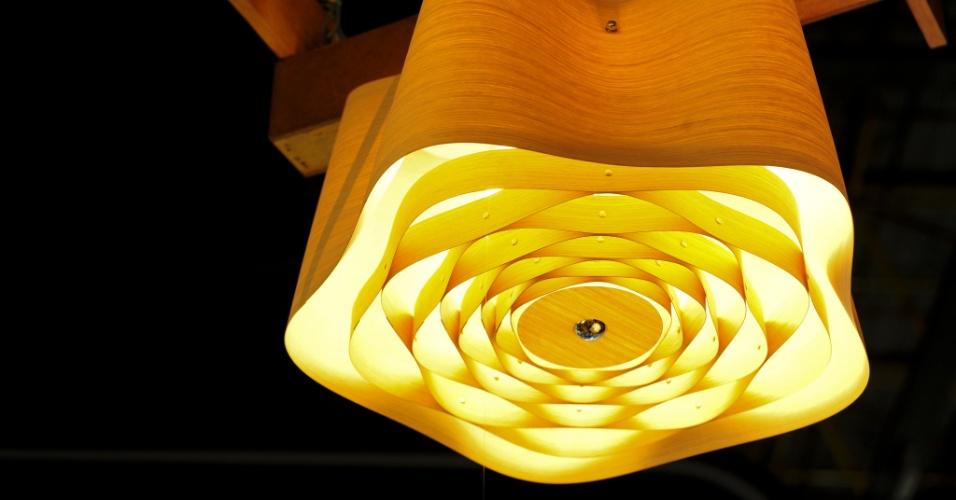 Esculturais, as luminárias Wood da Bronzearte (www.bronzearte.com.br) são produzidas a partir de chapas de acrílico que reproduzem padrões amadeirados