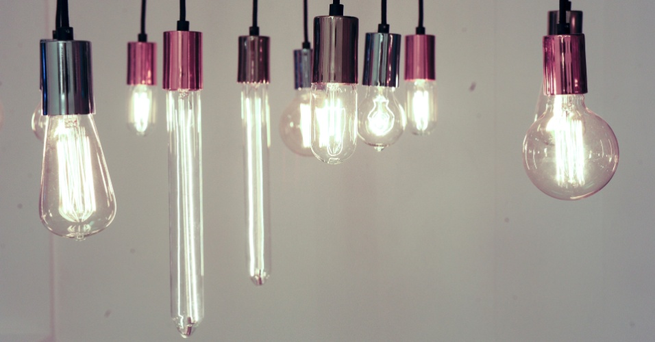 Essa linha de luminárias para uso interno, desenvolvida pela Dimlux (www.dimlux.com.br), é composta por lâmpadas de filamento de diferentes formatos e potências e por pendentes produzidos em materiais e cores variadas