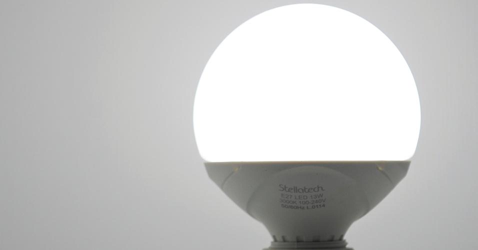 Indicada para uso geral em residências, a Ballon é uma lâmpada LED com 13 watts de potência e durabilidade estimada em 25 mil horas. O produto da Stellatech (www.stellatech.com.br) esteve em exposição durante a 14ª Expolux (Feira Internacional da Indústria da Iluminação)
