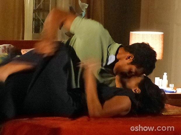 Jairo e Juliana caem na cama aos beijos