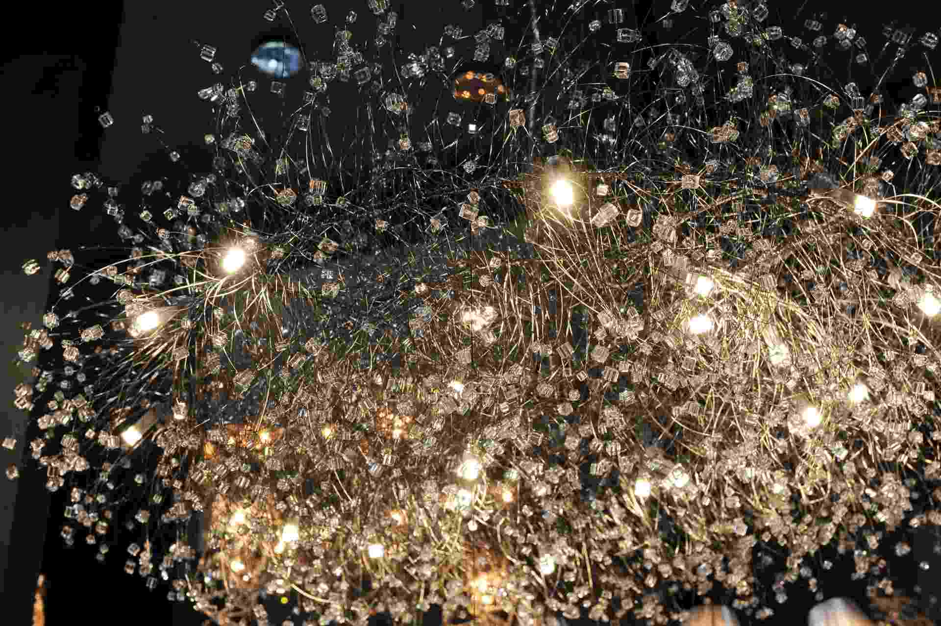 Outra luminária projetada para uso de lâmpadas halógenas ou LEDs é a Ninho, da Helizart (www.helizart.com.br). Com 1,10 m de diâmetro, a peça é elaborada com fios de aço inox e quadradinhos de cristal murano - Junior Lago/UOL