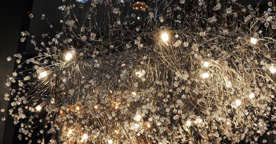 Outra luminária projetada para uso de lâmpadas halógenas ou LEDs é a Ninho, da Helizart (www.helizart.com.br). Com 1,10 m de diâmetro, a peça é elaborada com fios de aço inox e quadradinhos de cristal murano
