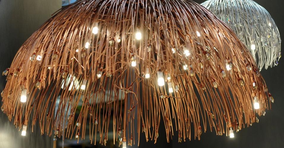 Para quem busca um visual mais impactante, a Helizart (www.helizart.com.br) desenvolveu a luminária Meia Bola que utiliza fios acobreados e cristal translúcido