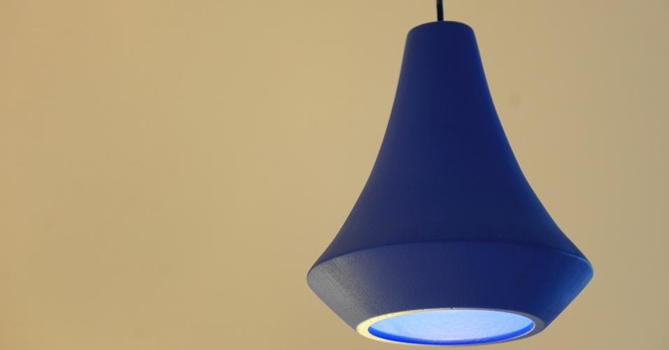 Produzida à mão em cerâmica, a luminária Juá pode ser encontrada em diferentes cores e texturas. O lançamento da Geo Luz e Cerâmica (www.geoceramica.com.br) foi apresentado durante a 14ª Expolux (Feira Internacional da Indústria da Iluminação), de 22 a 26 de abril de 2014, em São Paulo