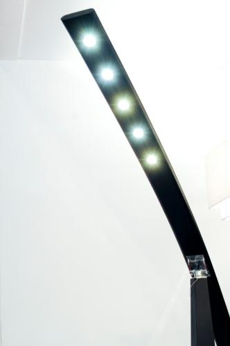Produzida em MDF, a luminária de chão Aeté foi outra novidade apresentada pela Plano de Luz (www.planodeluz.com.br) durante a 14ª edição da Expolux (Feira Internacional da Indústria da Iluminação)