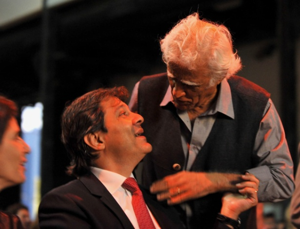 24.abr.2014 - O prefeito de São Paulo, Fernando Haddad (PT), recebe o título de cidadão ilustre de Buenos Aires, durante a 40ª Feira do Livro de Buenos Aires, e é cumprimentado pelo escritor Ziraldo - MATIAS NAPOLI/FUTURA PRESS/FUTURA PRESS/ESTADÃO CONTEÚDO