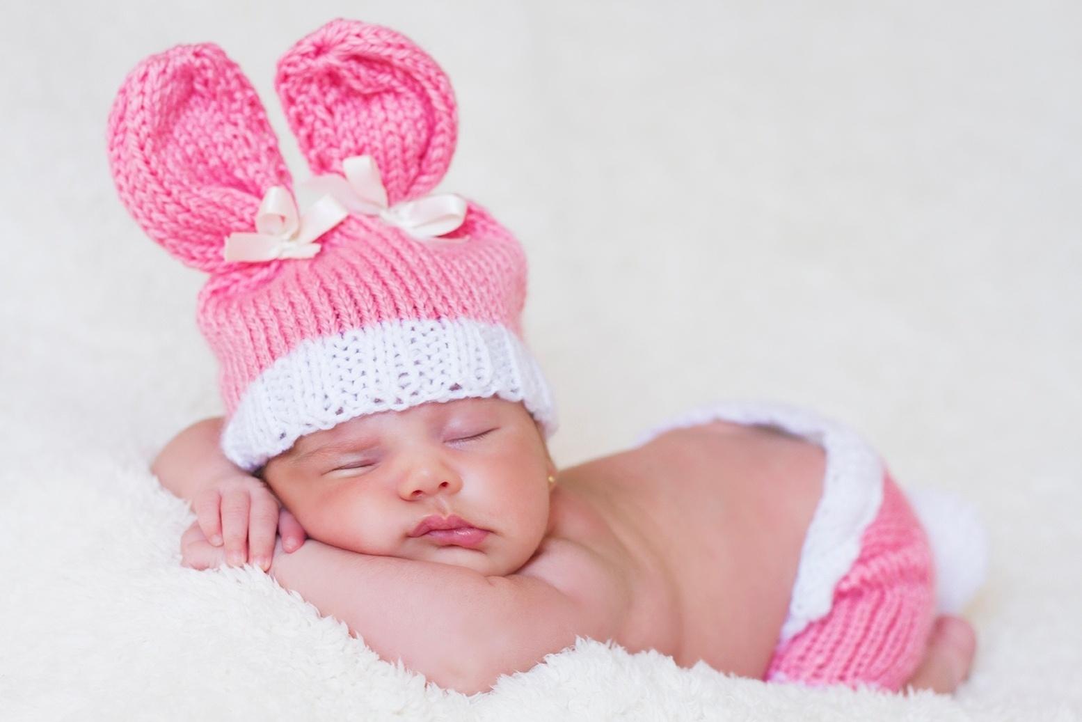 25.abr.2014 - Bruna, filha de Nívea Stelmann com Marcus Rocha, foi fotografada com chapéu de coelhinho