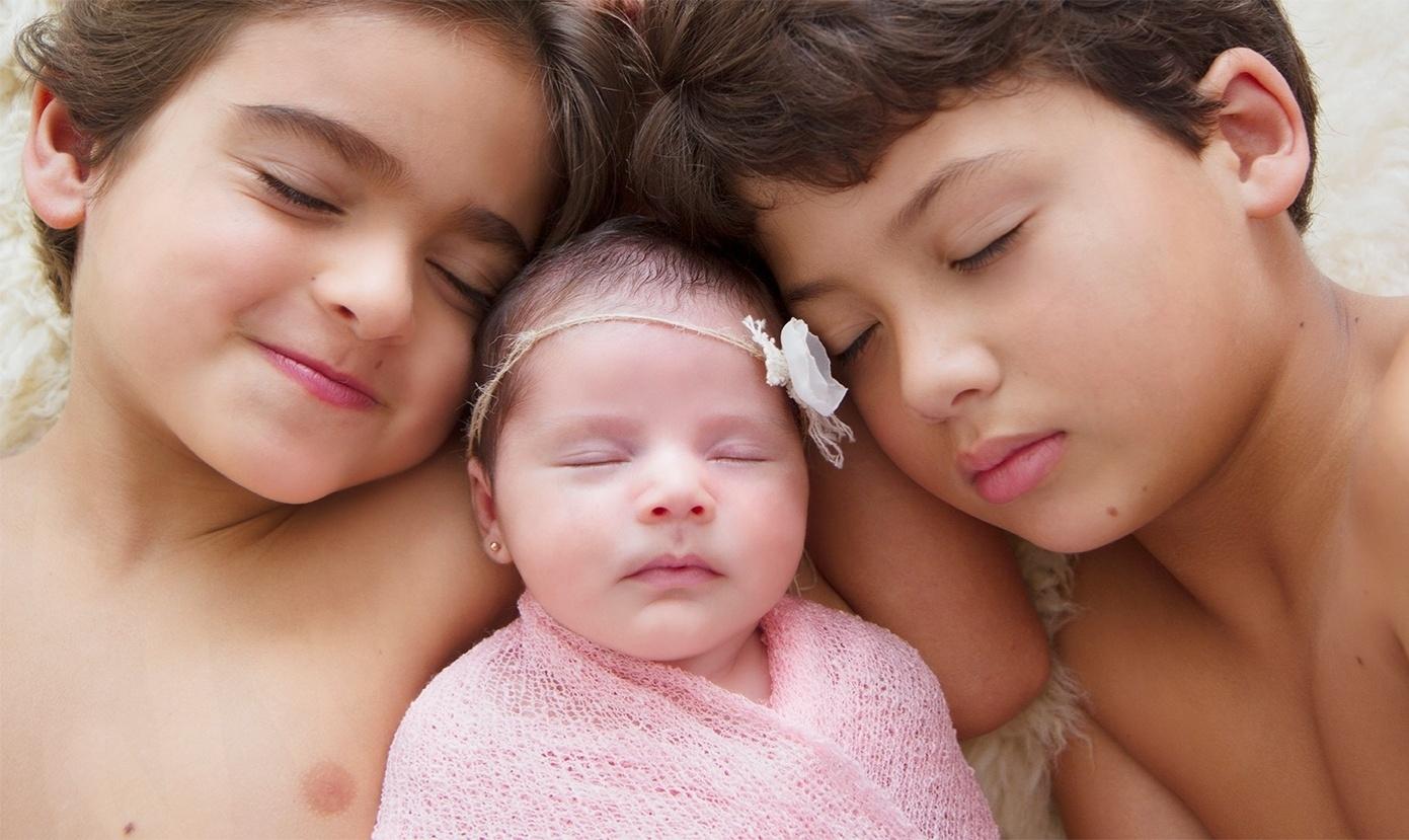 25.abr.2014 - Bruna, filha de Nívea Stelmann com Marcus Rocha, posa entre os irmãos Joaquim e Miguel