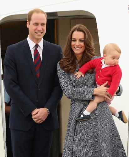 25.abr.2014 - Com o filho, o Príncipe George, Kate Middleton e o Príncipe William se despedem de Canberra e encerram oficialmente sua visita à Austrália, embarcando de volta para o Reino Unido. Os Duques de Cambridge fizeram uma visita oficial de três semanas pela Oceania
