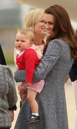 25.abr.2014 - Com o filho, o Príncipe George, Kate Middleton se despede de Canberra no encerramento oficial de sua visita com o Príncipe William à Austrália. Os Duques de Cambridge fizeram uma visita oficial de três semanas pela Oceania