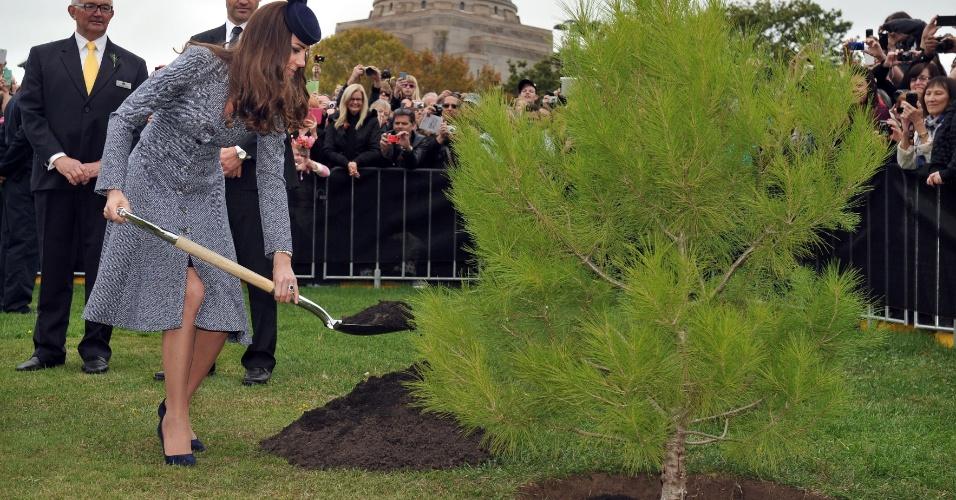 25.abr.2014 - Em Canberra, na Austrália, Kate Middleton planta muda de árvore que foi fruto de sementes recolhidas após a batalha de Lone Pine, ocorrida na Turquia durante a Primeira Guerra Mundial. O conflito opôs soldados australianos aos do então existente império otomano