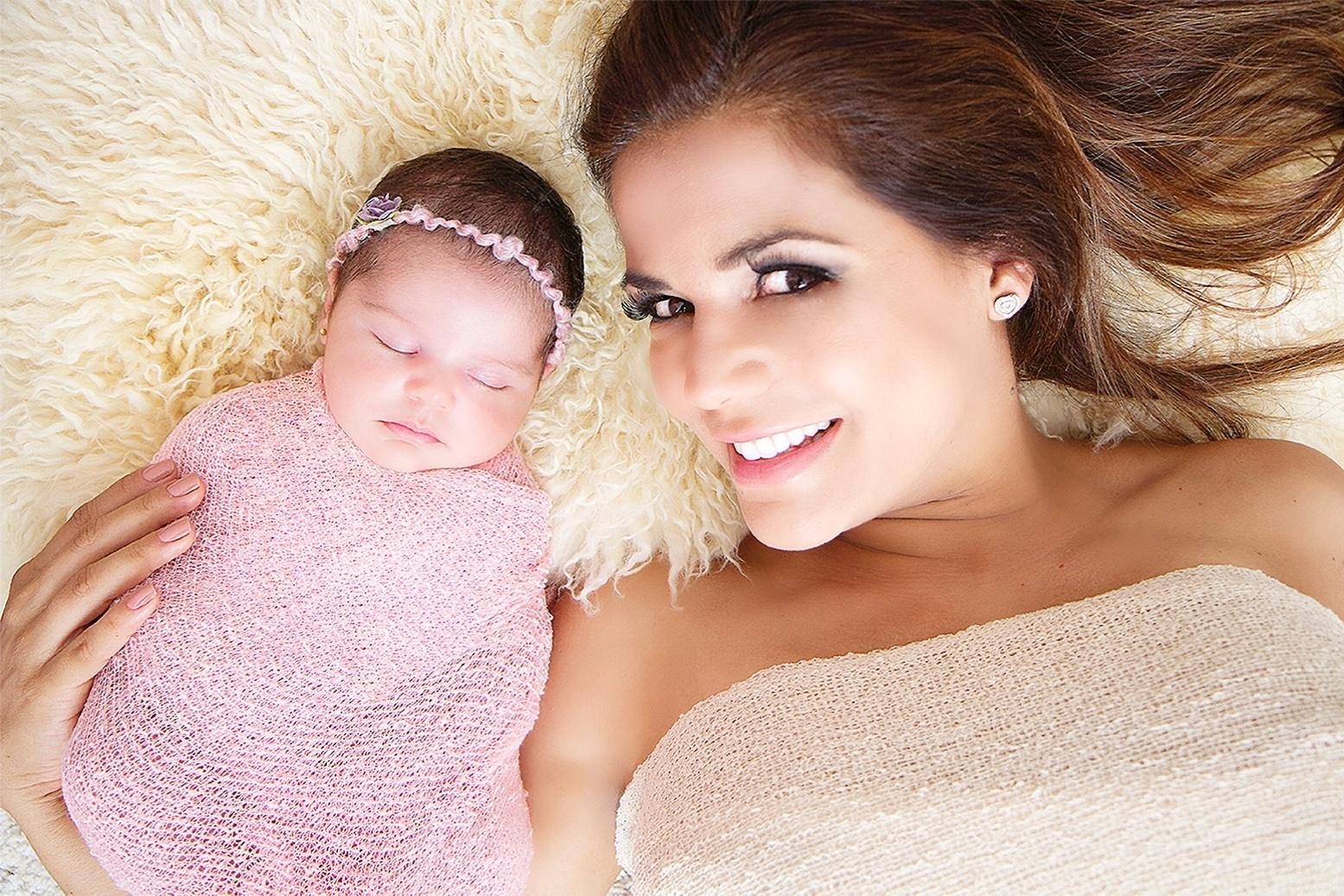 25.abr.2014 - Nívea Stelmann posa com a filha recém-nascida Bruna, fruto da relação da atriz com o empresário Marcus Rocha