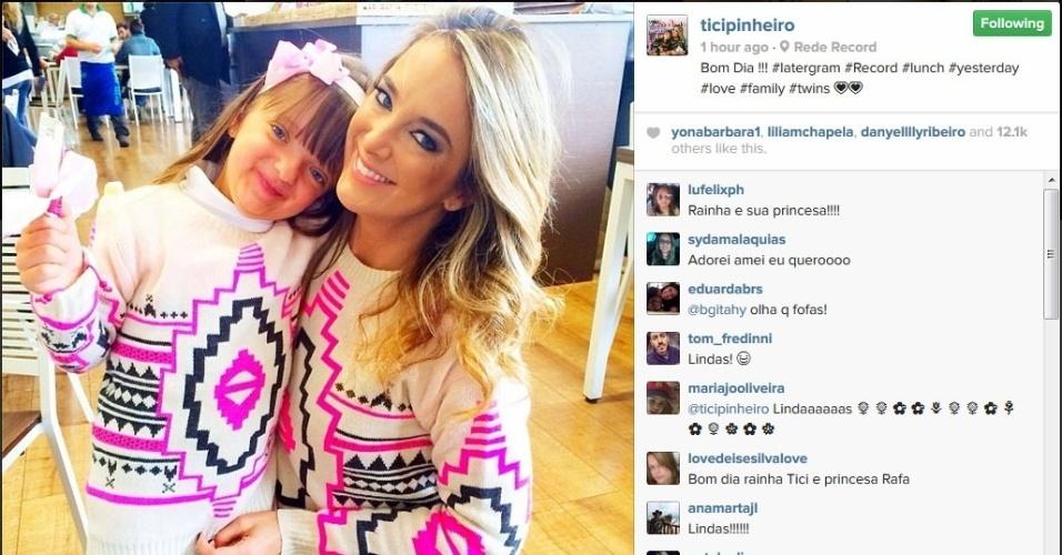 25.abr.2014 - Ticiane Pinheiro usa o mesmo look da filha