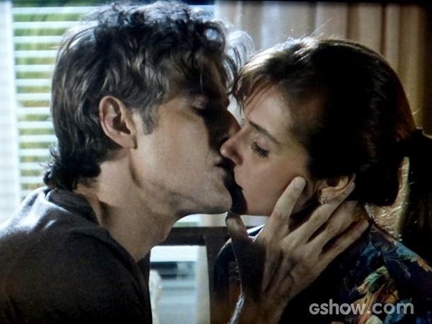 Clara e Cadu curtem momento de romance entre eles