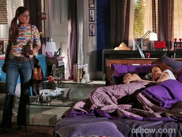 Clara vê Marina e Vanessa dormindo abraçadas na maior intimidade