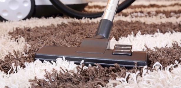Os ácaros podem proliferar em cortinas de tecido pesado, carpetes e tapetes felpudos que acumulam poeira - Getty Images