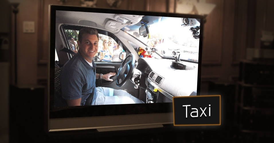 """Nos anos 2000, Luciano Huck também aproveitou para investir no formato do taxista disfarçado. Anônimos entram no carro e se deparam com o apresentador, que muitas vezes propõe desafios no palco do """"Caldeirão do Huck"""" ou realiza sonhos do público, após saber um pouco da história deles"""