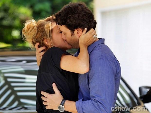 Shirley surpreende e dá um beijo em Laerte