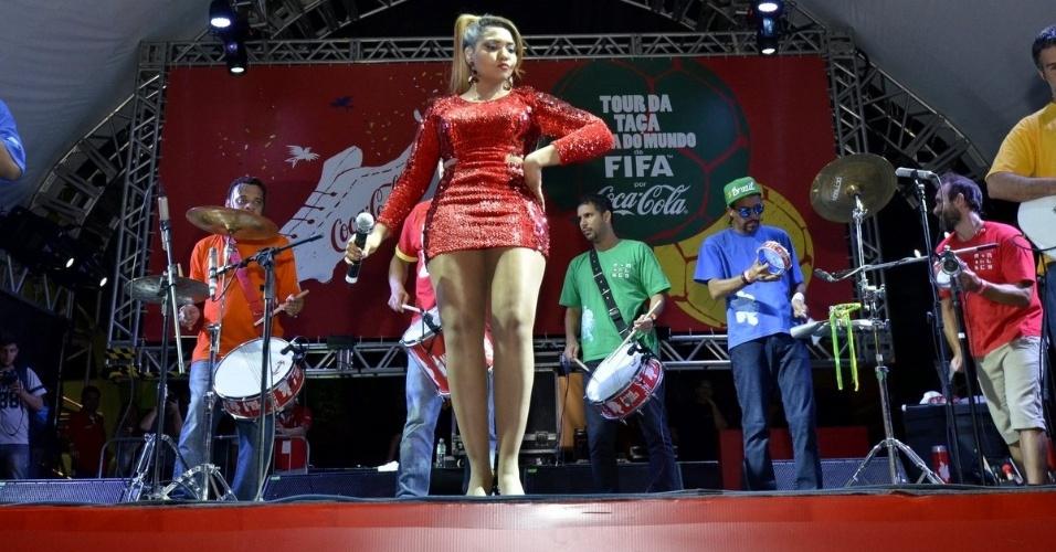 25.abr.2014 - Gaby Amarantos tieta troféu e faz show de encerramento do Tour da taça da Copa do Mundo FIFA