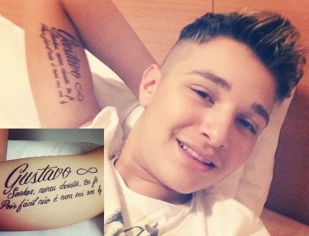 26.abr.2014 - Funkeiro MC Gui faz tatuagem em homenagem ao irmão, Gustavo, que morreu depois de sofrer uma parada cardíaca na última segunda-feira (