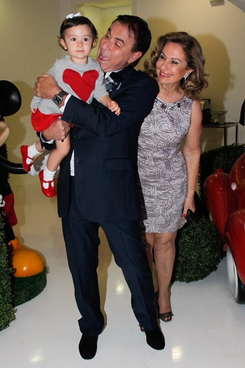 26.abril2014 - Amaury Jr. com a mulher e a neta na festa de aniversário de Alice, filha de Daniela Albuquerque e Amilcare Dallevo Jr.