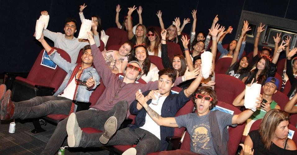 """26.abril.2014 - Banda P9 assiste filme com fãs em cinema de São Paulo. A boyband brasileira participou de uma sessão especial do filme """"O Espetacular Homem-Aranha 2: A Ameça de Electro"""", acompanhada de 30 sortudos vencedores de uma promoção da Rádio Disney, na noite desta sexta-feira (26)"""