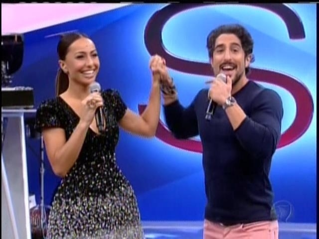 26.abril.2014 - Marcos Mion parabeniza Sabrina Sato por sua estreia na Record. O