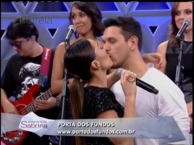 26.abril.2014 - Sabrina Sato ganha beijo do namorado em seu programa de estreia na Record. A apresentadora recebeu o carinho do humorista João Vicente de Castro no palco do