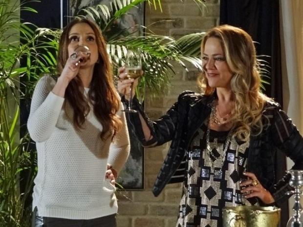 Shirley comemora a separação de Laerte e Verônica com um brinde