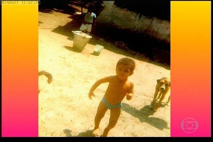 """27.abr.2014 - A auxiliar de enfermagem Maria de Fátima Silva, mãe do dançarino DG, participou do """"Esquenta"""", que homenageou o filho encontrado morto na comunidade Pavão-Pavãozinho, no Rio"""