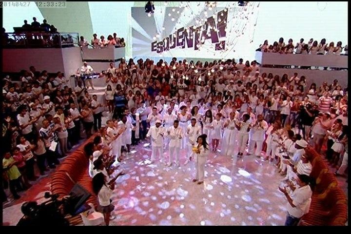 """27.abr.2014 - Plateia do """"Esquenta"""" se veste de branco para homenagear Douglas Rafael da Silva Pereira, o DG, dançarino do programa encontrado morto em uma escola da comunidade Pavão-Pavãozinho, no Rio"""
