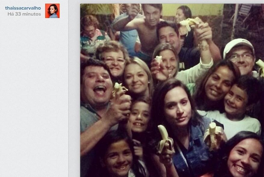 """27.abr.2014- A atriz Thaíssa Carvalho, namorada de Daniel Alves, apoia o jogador que foi vítima de racismo e posa comendo banana no Instagram: """"Eu e minha família #somostodosmacacos #somostodosmonos #nãoaoracismo"""", escrveveu"""