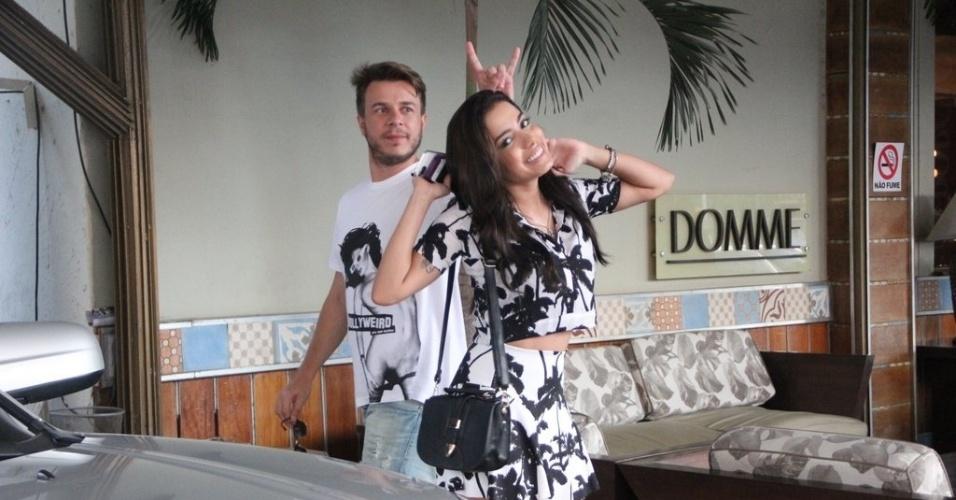 """27.abril.2014 - Anitta leva """"chifre"""" de amigo em foto. A cantora foi vítima da brincadeira do seu personal stylist e fiel companheiro Thiago Fortes ao posar para os paparazzi que estavam de plantão na porta de uma churrascaria que ela almoçou no Rio"""