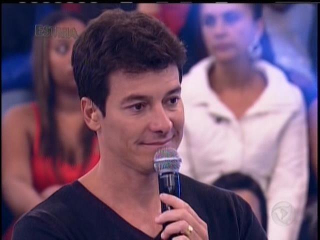 """27.abril.2014 - Rodrigo Faro estreia novo programa na Record. A atração dominical """"Hora do Faro"""" foi exibida pela primeira vez neste domingo (27)"""
