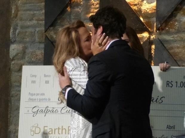 Shirley beija Laerte na frente de todos na inauguração do Galpão Cultural