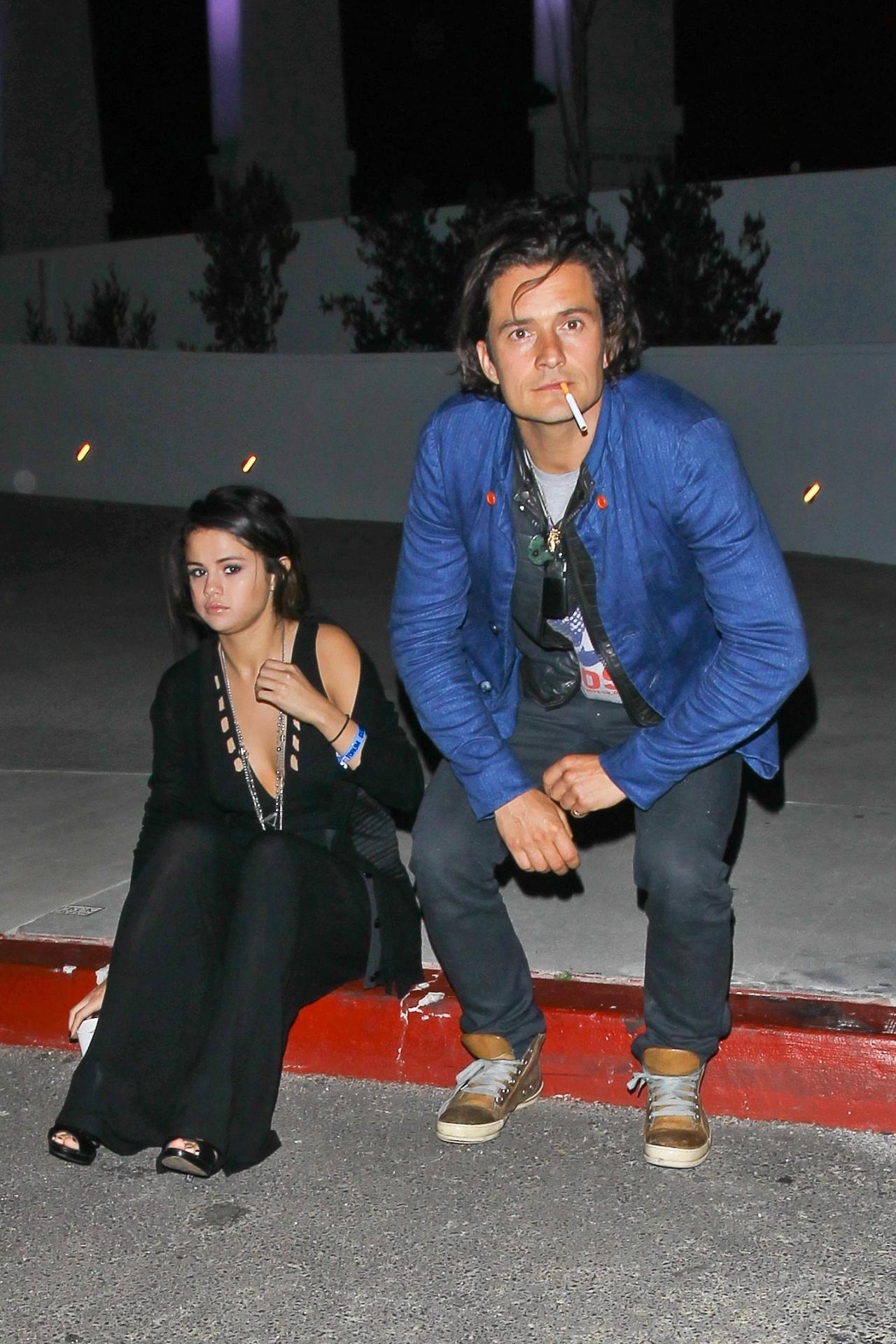 26.abr.2014 - Orlando Bloom e Selena Gomez são fotografados juntos após conferirem show de stand-up comedy em Los Angeles