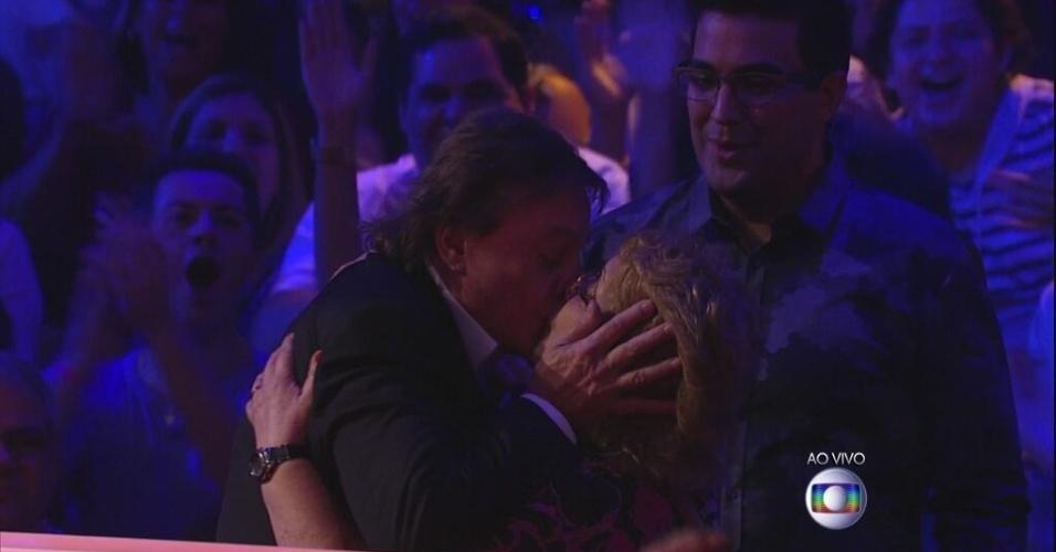 """27.abr.2014 - Fábio Jr. atendeu o pedido da mãe de uma das concorrentes do """"SuperStar"""" e, depois de abraçá-la, deu um selinho na fã"""