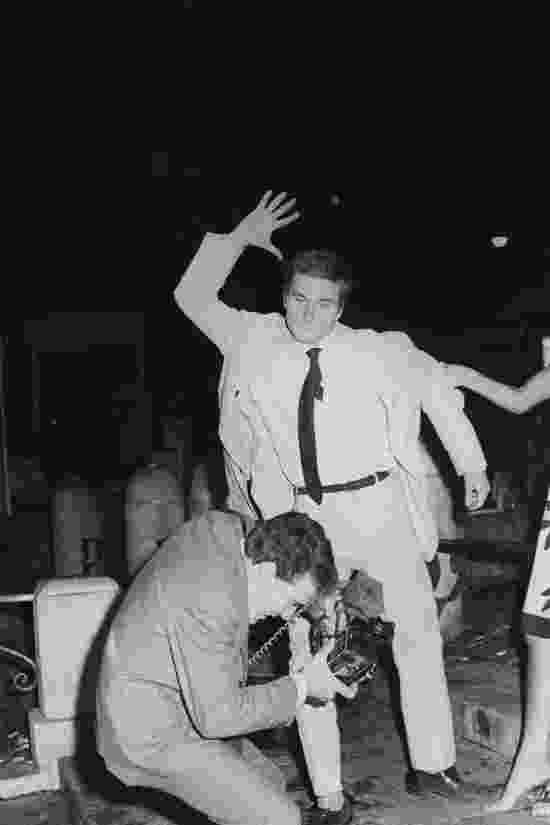 Franco Nero ataca o fotógrafo Rino Barillari na Fontana di Trevi, em 1965 - Marcello Geppetti/Estorick Collection