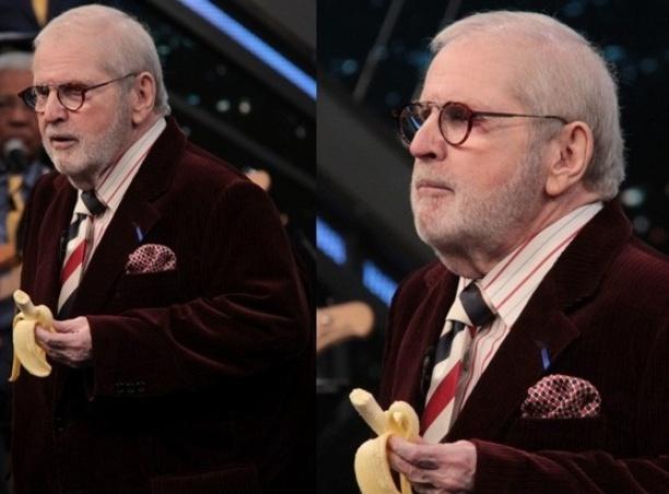 Jô Soares come banana em homenagem ao jogador Daniel Alves
