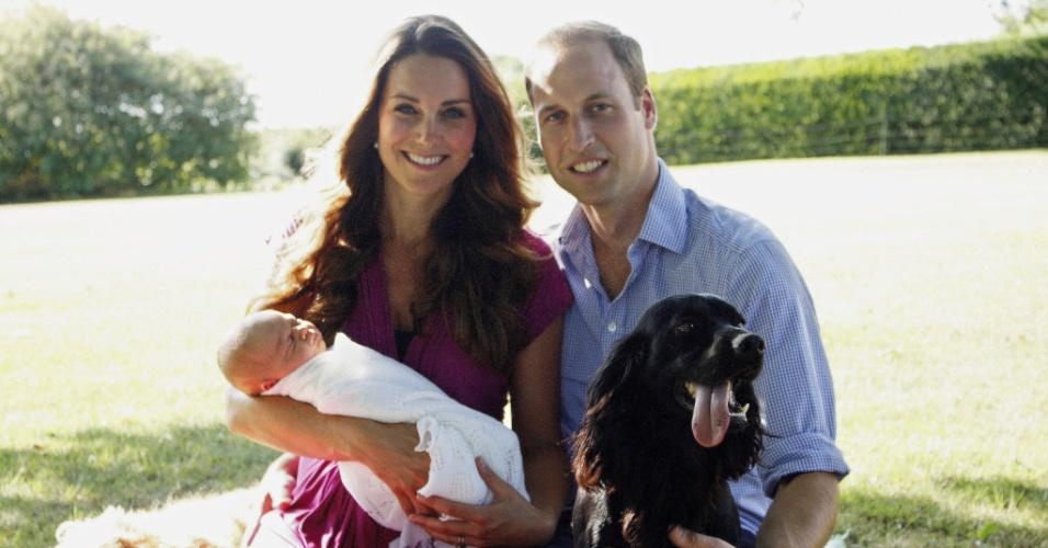 Kate Middleton e Príncipe William com o filho, o príncipe George, e o cachorro, Lupo