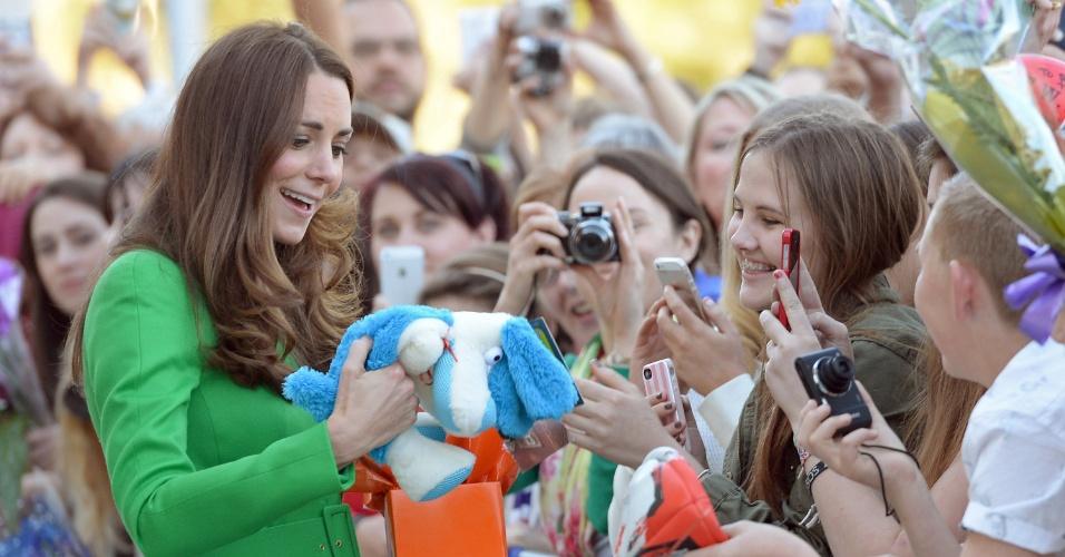 Kate Middleton ganha cachorro de pelúcia em National Portrait Gallery, na Austrália