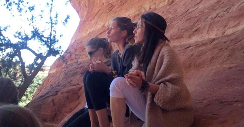 26.abr.2014 - Gisele Bündchen participa de retiro espiritual ao lado de amigas no estado do Arizona, nos Estados Unidos