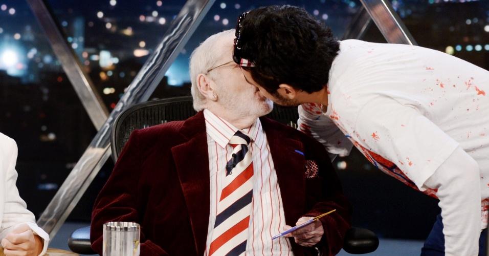 """28.abr.2014 - Jô Soares dá um beijo selinho em Niko Demos, vocalista da nada """"Choque do Magriça"""" durante seu programa"""
