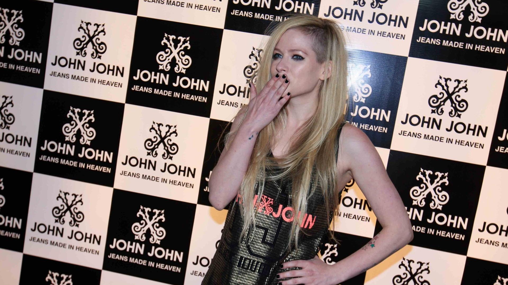 29.abr.2014 - Avril Lavigne visitou uma loja em São Paulo. A cantora está no Brasil para uma série de shows