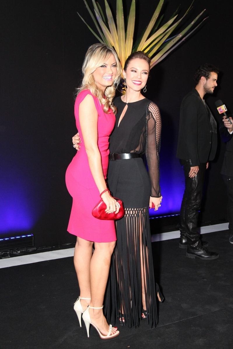 29.abr.2014 - Ellen Rocche e Paolla Oliveira posam juntas na festa de lançamento de